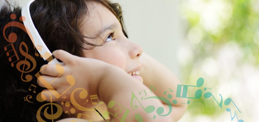 Una niña con orejeras.